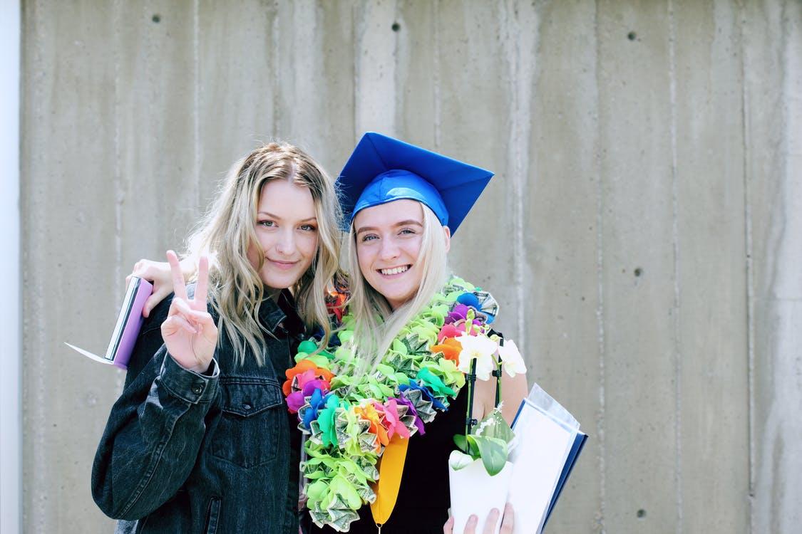 卒業を楽しむ二人